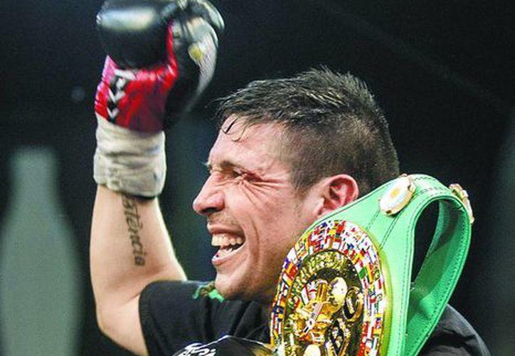 El boxeador argentino Sergio Martínez, con su cinturón de peso medio del CMB. (EFE)