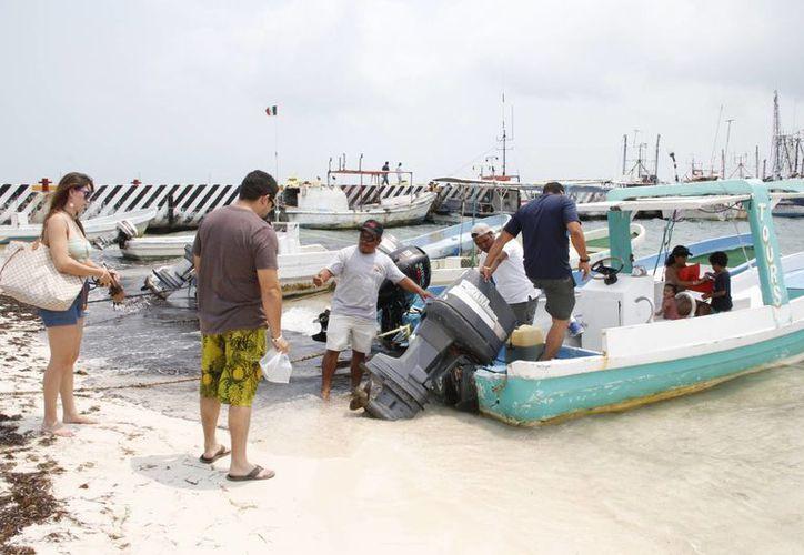 Diariamente llegan más de 10 grupos de visitantes mexicanos para solicitar recorridos acuáticos y pesca deportiva. (Tomás Álvarez/SIPSE)