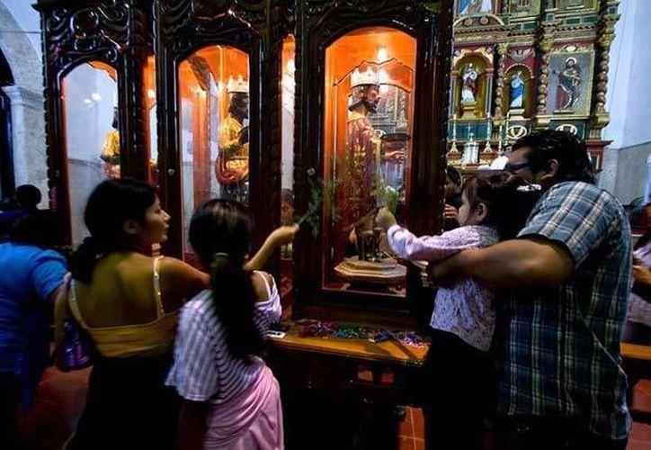 Miles de peregrinos visitan las imágenes de los Tres Reyes Magos en Tizimín. (excelsior.com.mx)
