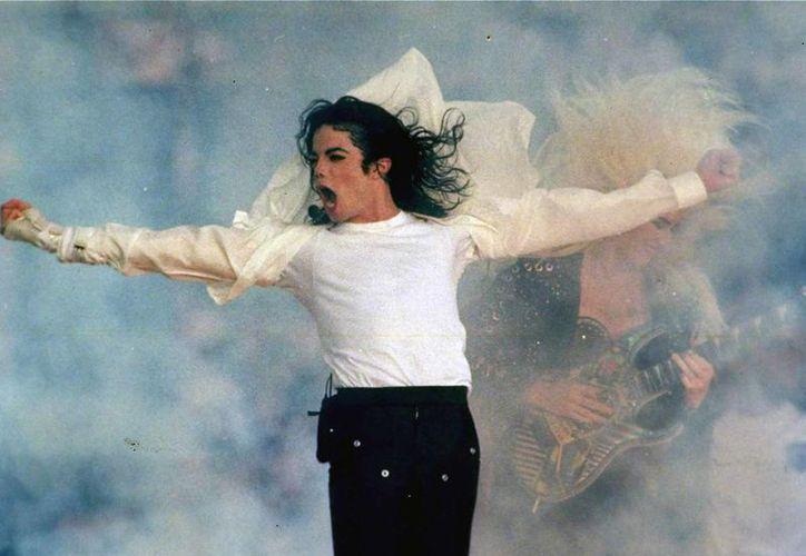 Michael Jackson es acusado por una joven, quien confesó que el cantante abusó de ella durante tres años, justo cuando estaba por cumplir 15 años.(Archivo/Notimex)