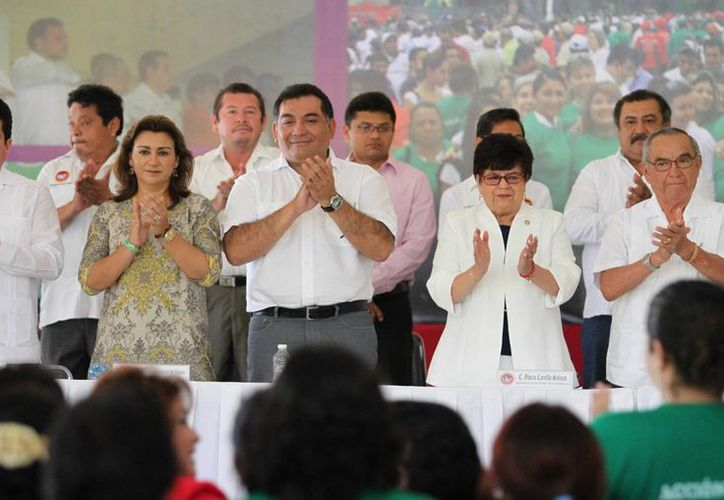 El presidente estatal del PRI, Carlos Pavón Flores; la presidenta del DIF Yucatán, Sarita Blancarte de Zapata; el secretario de Gobierno, Víctor Caballero Durán, y dirigentes obreros, en la toma de protesta. (SIPSE)