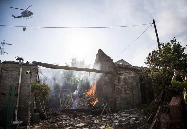 La explosión, originada en un almacén de pirotecnia del lugar de Paramos, dejó como saldo un muerto y 26 lesionados. (AFP)