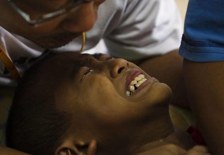 Imagen de un niño que llora mientras le realizan la circuncisión. Cientos de estos menores mueren   debido a infecciones o mutilaciones en el pene. (EFE/Archivo)