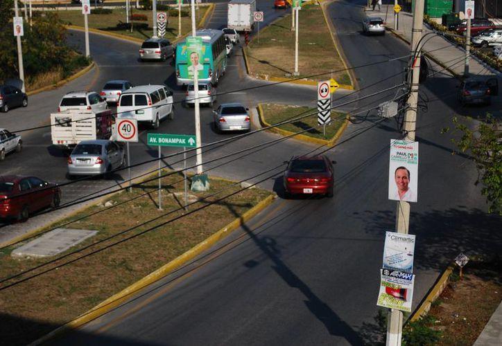 En los postes se observan las propagandas políticas de los candidatos. (Tomás Álvarez/SIPSE)
