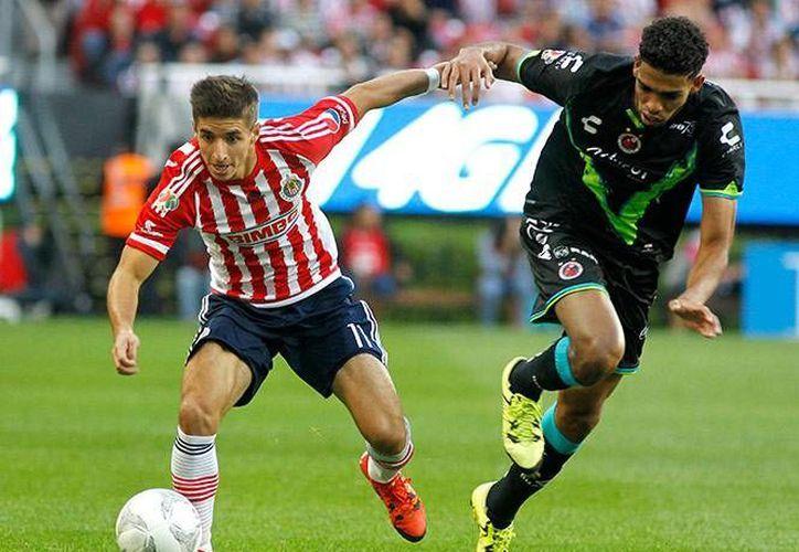 Chivas y Tiburones repartieron puntos tras conseguir dos goles cada uno, en el inicio del Clausura 2016, torneo que define la 'quema' del descenso'. (EFE)