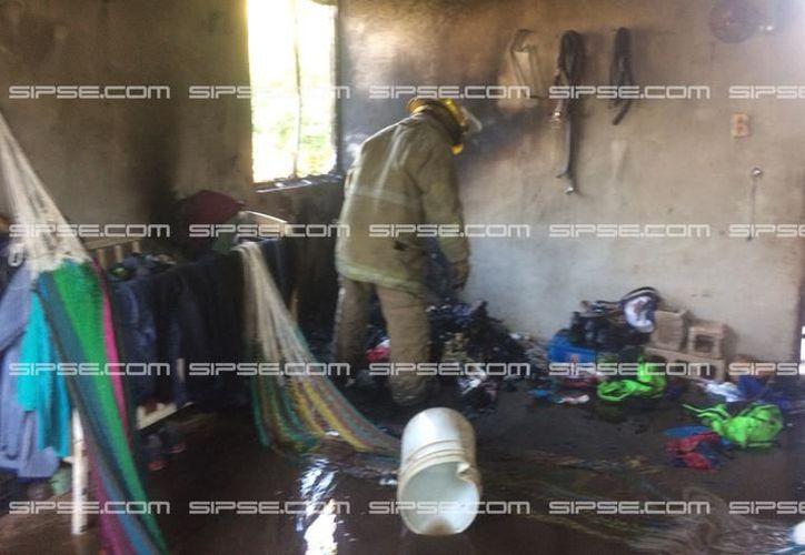 Bomberos señalaron que la posible causa del incendio fue un cortocircuito en las instalaciones eléctricas de la casa. (SIPSE)