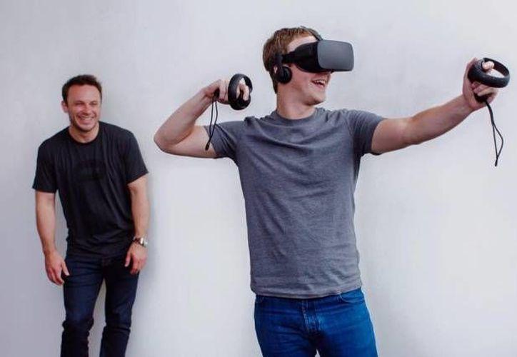 Mark Zuckerberg con un par de controladores táctiles para Oculus Rift. (digitaltrends.com)
