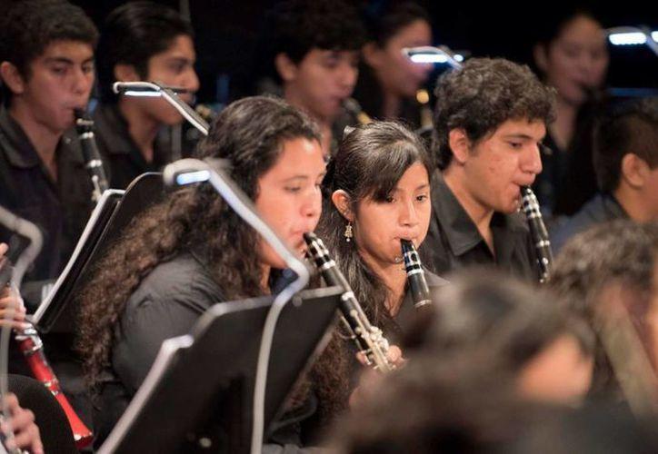 La Orquesta Sinfónica Juvenil de Cancún festejará su aniversario con un homenaje al compositor mexicano Arturo Márquez. (Cortesía)