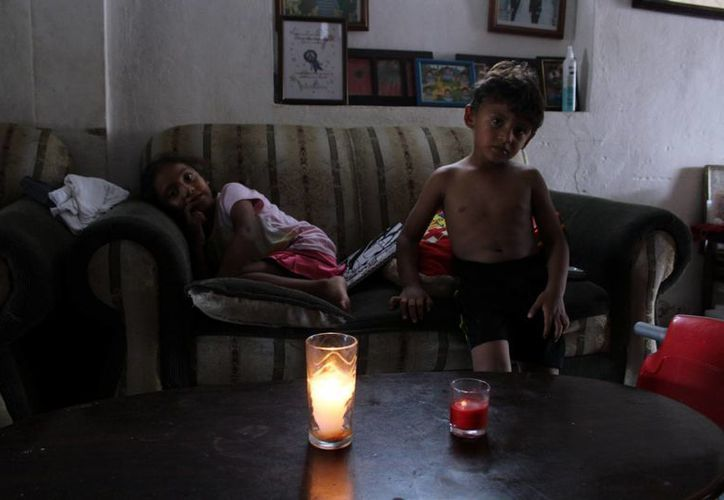 Los niños sufren las consecuencias de las fallas frecuentes en el suministro eléctrico en Progreso. (Milenio Novedades)