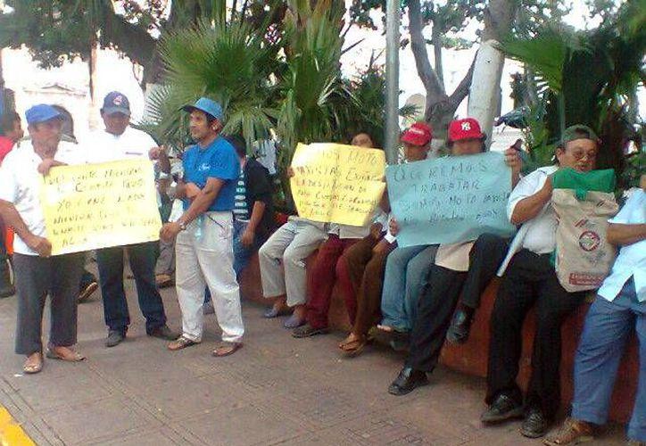 Mototaxistas de Ticul se manifestaron frente al Palacio de Gobierno. (Milenio Novedades)