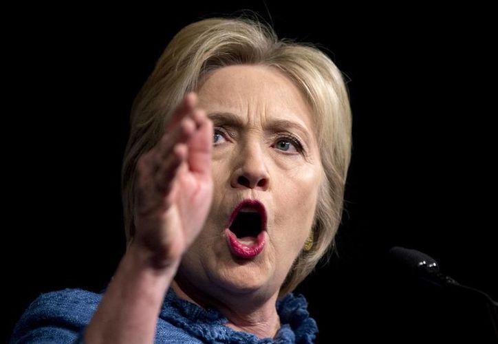 Entre las propuestas de campaña de Hillary Clinton, líder en las encuestas para la nominación demócrata, está trabajar una reforma migratoria integral. (AP)