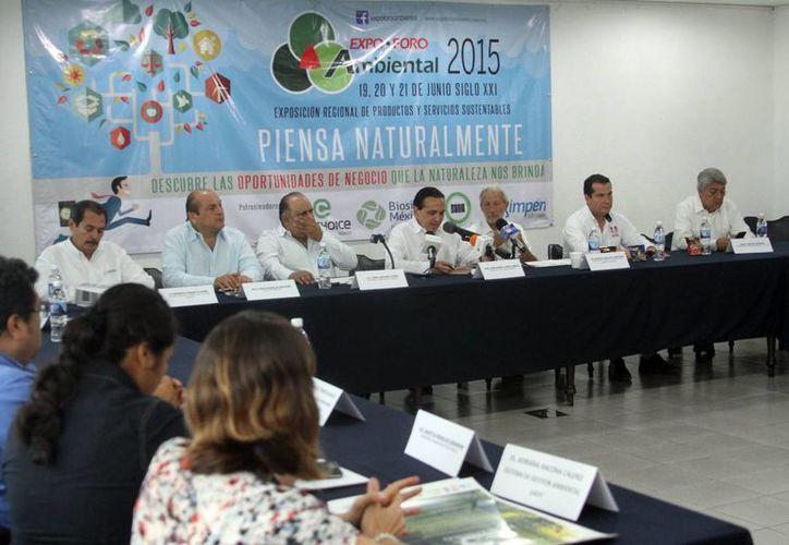 Rueda de prensa donde se informó de la primera Expo Foro Ambiental que se realizarán en Mérida. (César González/SIPSE)
