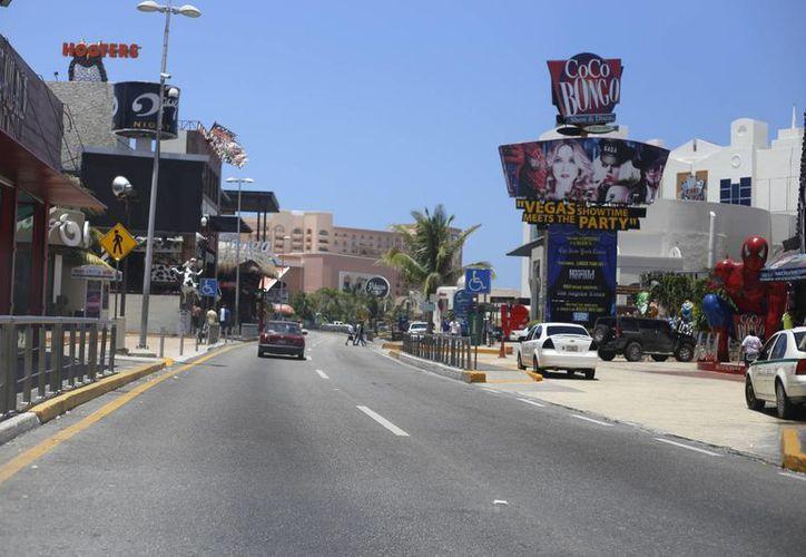 Diariamente se recogen 500 kilos de basura en 28 kilómetros de la zona hotelera. (Israel/SIPSE)