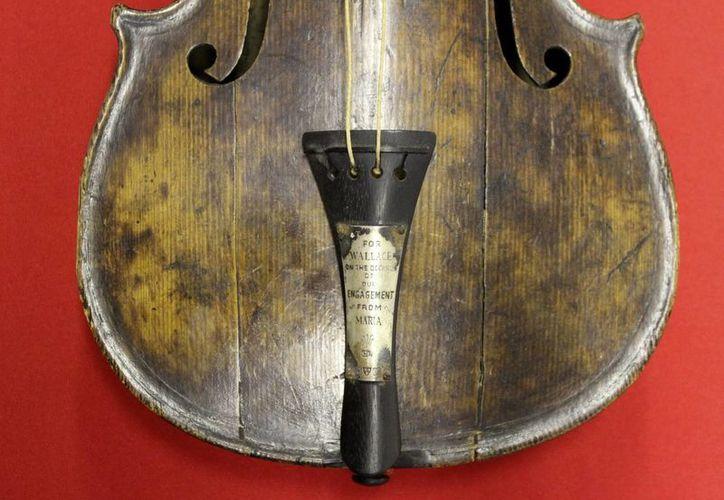 Fotografía facilitada por www.titanicbelfast.com que muestra un violín que sonó durante la travesía del Titanic y que se hundió junto al transatlántico en 1912. (EFE)