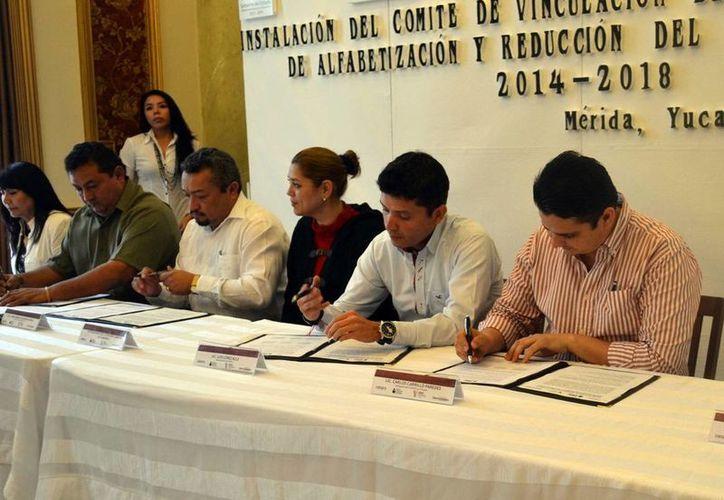 """Firma del convenio entre Ieaey, """"Oportunidades"""" y Conafe. (Milenio Novedades)"""