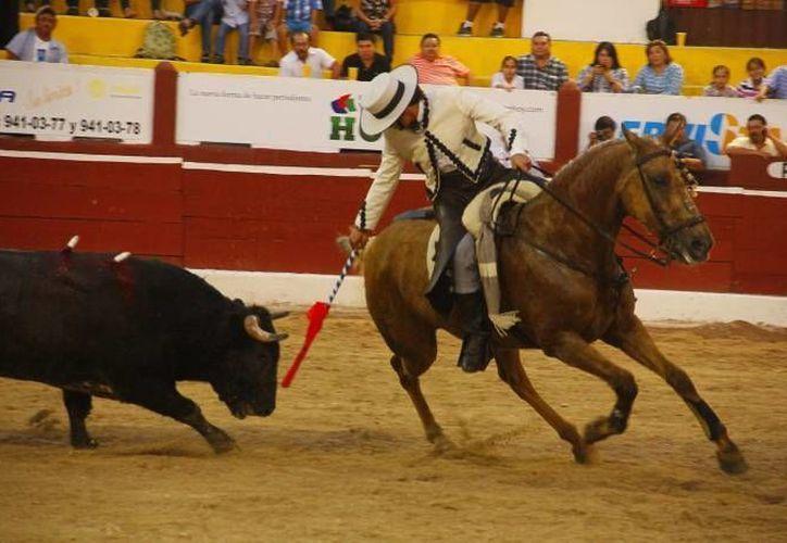 El rejoneador Emiliano Gamero recibió duras críticas por el comportamiento mostrado ante los caballos de su cuadrilla.(Archivo/SIPSE)