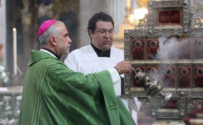 El obispo Jorge Estrada ofició la misa dominical en la Catedral Metropolitana. (Notimex)