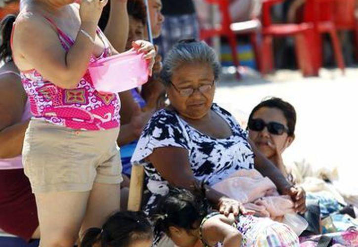 Una familia yucateca disfruta de las playas yucatecas, al igual que miles, que por lo general sólo visitan de ida y vuelta el mismo día. (Milenio Novedades)