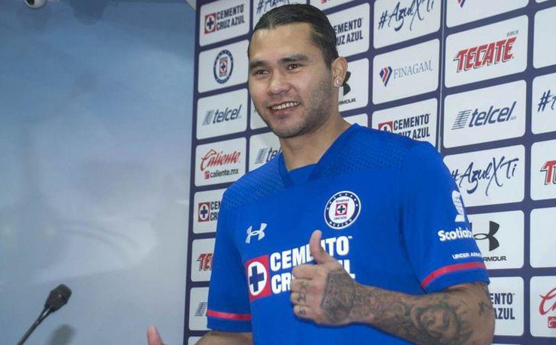 Jesús Corona renueva contrato con Cruz Azul