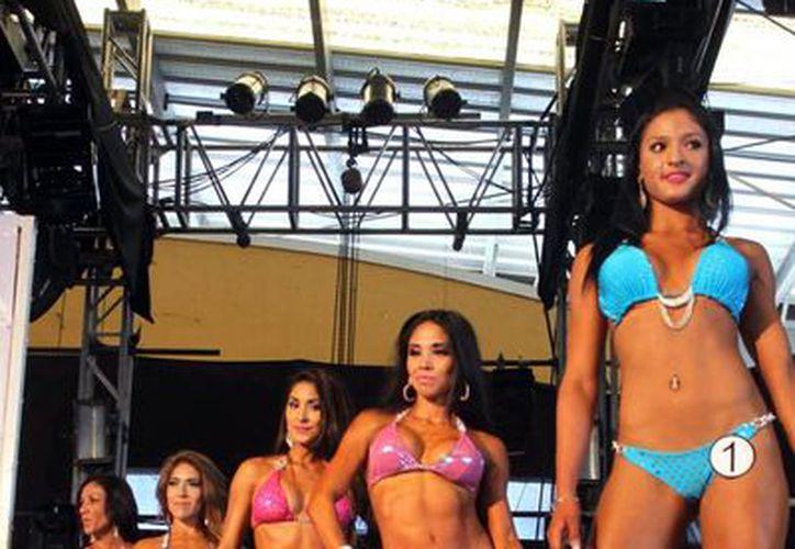Participantes de figura fitness en Xmatkuil, la ganadora fue  Beatriz Vázquez, del Best Fitness. (Milenio Novedades)