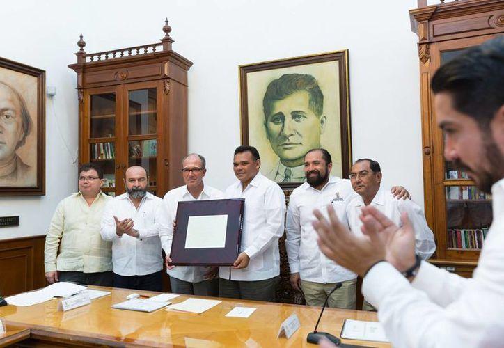 El gobernador Rolando Zapata Bello recibe un reconocimiento de manos del presidente y fundador de Un Kilo de Ayuda, José Ignacio Ávalos Hernández. (SIPSE)