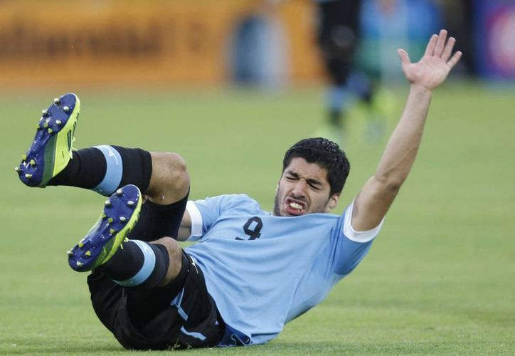 Luis Suárez no está descartado para jugar su segundo Mundial, pero tampoco se sabe si se recuperará a tiempo de la operación. La foto corresponde a 2013. (Foto de AP)
