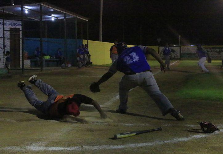 Emocionantes jugadas observaron los aficionados en el campo 20 de noviembre de Chetumal. (Miguel Maldonado/SIPSE)
