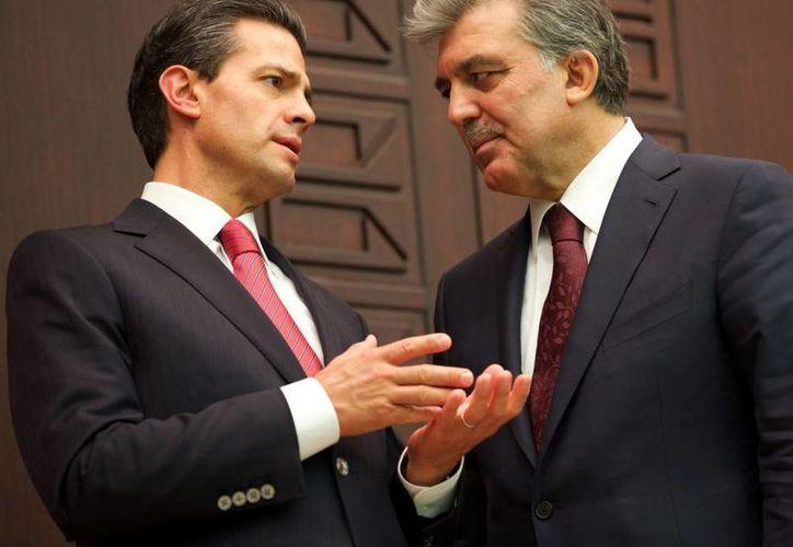 Enrique Peña Nieto es el primer presidente mexicano que visita oficialmente Turquía. En la foto aparece con el presidente de Turquía, Abdullah Gül. Ambos firmaron 12 convenios. (presidencia.gob.mx)