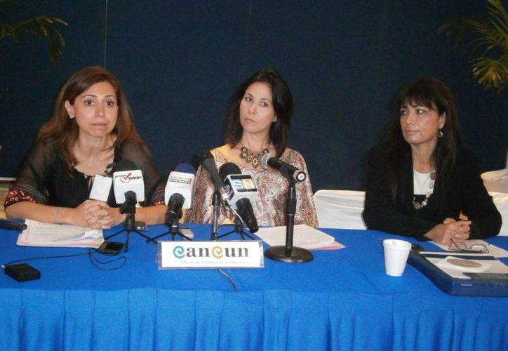 Kitzia Morales, Minty Castilla y Erika Mitzunaga anunciaron el II Congreso Latinoamericano de Bodas de Destino, que se realizará el 4 de diciembre. (Israel Leal/SIPSE)