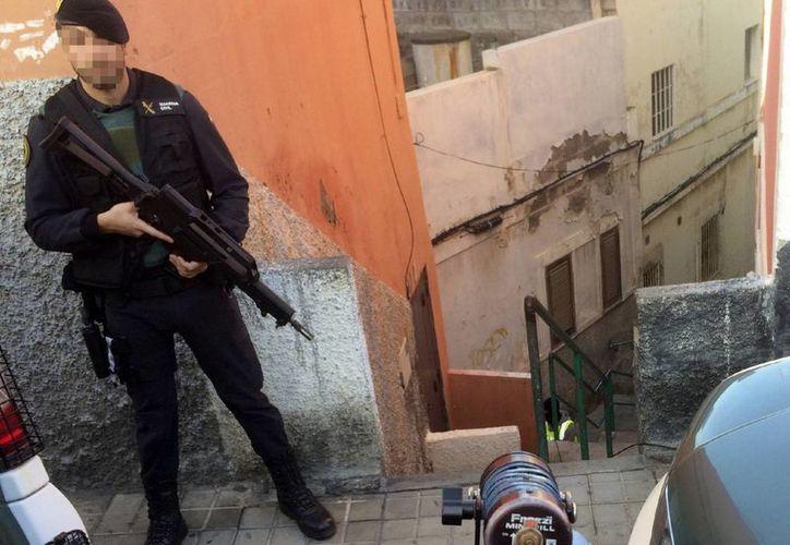 Imagen de archivo que muestra a un guardia civil, durante una operación antiterrorista en Canarias el pasado día 17 de enero. (Archivo/EFE)