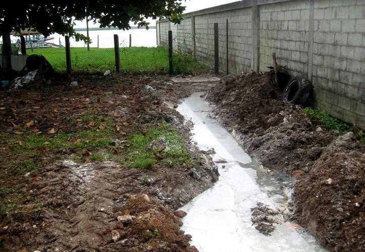 En Bacalar, organizaciones piden a la Administración Portuaria Integral que lo obtenido por cobrar el uso de muelles se destine para instalar el drenaje y evitar contaminación a la laguna. (Foto: Javier Ortiz / SIPSE)