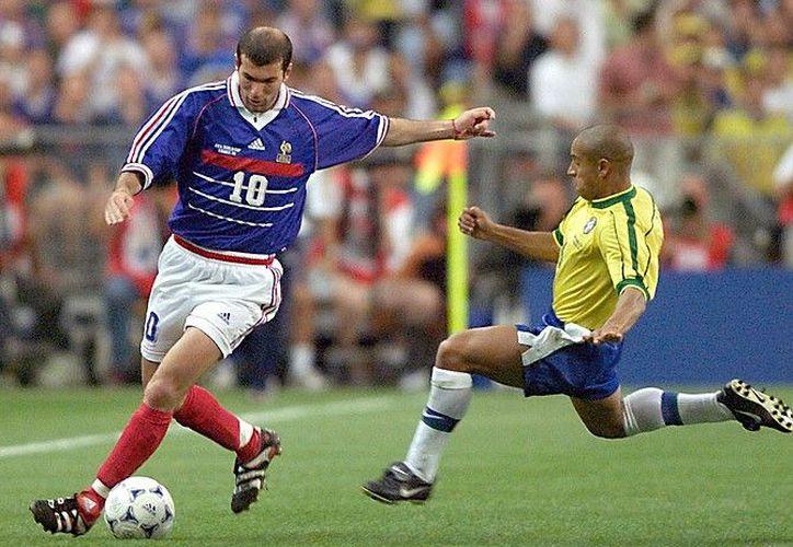 La camiseta que usó Zinedine Zidane durante la final del Mundial de 1998 en la que Francia le ganó a Brasil, será subastada en París. (Internet)