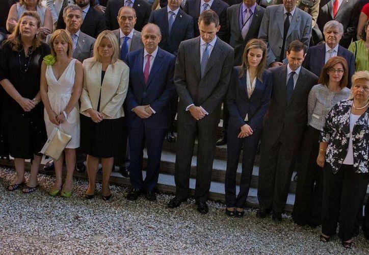 En su primer acto oficial, los nuevos Reyes de España se reunieron con víctimas del terrorismo. (AP)