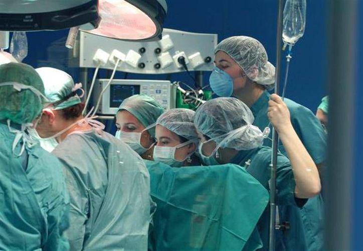 La medicina española documentó el caso de una mujer a la que se extirpó un tumor, de 25 kilogramos de peso, en un ovario. Imagen de contexto de una intervención qurúrgica. (es.comunicas.org)
