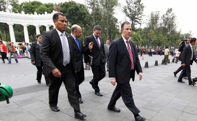 José Antonio Meade (d), titular de Relaciones Exteriores, durante el macrosimulacro efectuado esta mañana. (Notimex)
