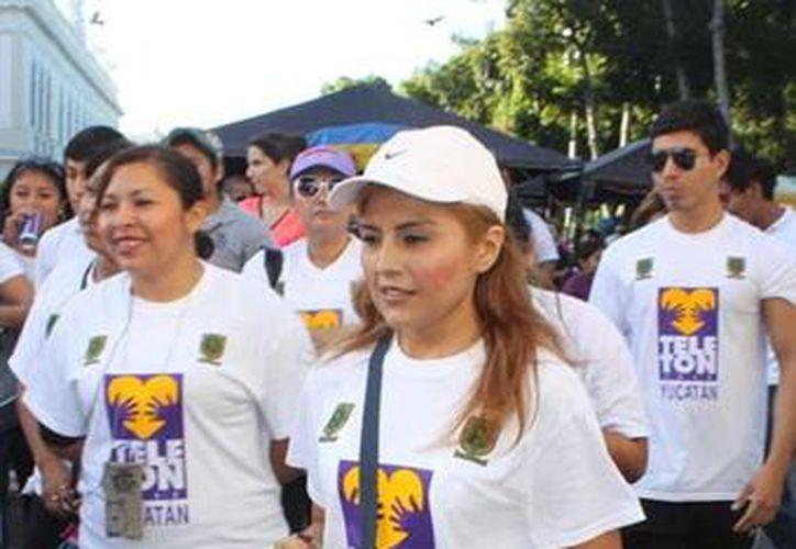 Más de 300 personas de diversas instituciones participaron en la caminata Teleton. (Marco Moreno / SIPSE)