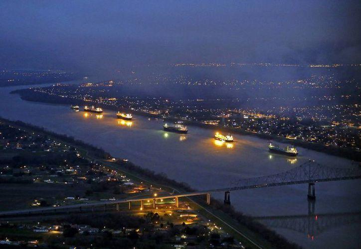 Foto aérea del río Mississippi entre Nueva Orleans y Vacherie, Luisiana, con tráfico fluvial interrumpido debido a un derrame de crudo. (Agencias)