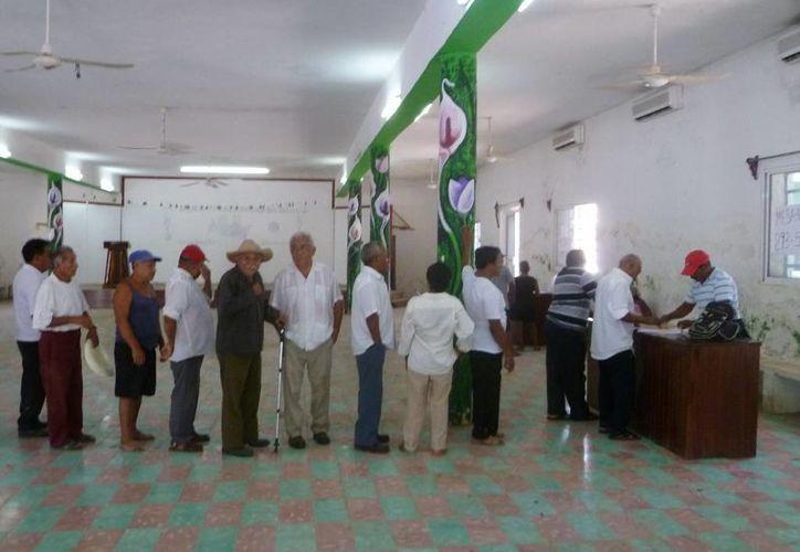 Hoy el gobierno del Estado pagó a mil 116 ejidatarios un millón de pesos por concepto el derecho de vía.  (Raúl Balam/SIPSE)