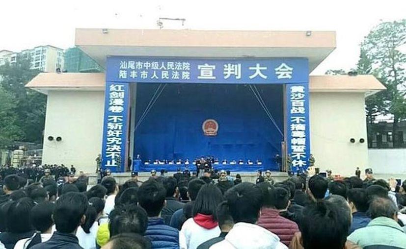 Los presuntos narcotraficantes fueron juzgados ante miles de personas en un estadio en China. (Foto: La Vanguardia)