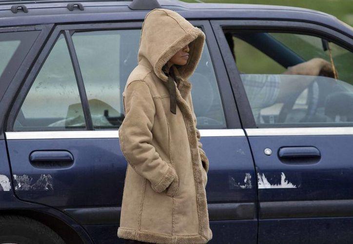Un descenso en la temperatura sorprendió a los habitantes de Mérida en el día de hoy los cuales sacaron sus abrigos para protegerse el frio. En Tantakin el termómetro marcó  5.0 grados Celsius,  Oxkutzcab con 6.0 grados y Mérida con 12.5°C. (Notimex)