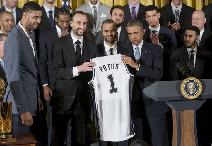 El presidente Barack Obama dijo que Spurs de San Antonio son como la ONU, por la pluralidad étnica del equipo. (Foto:AP)