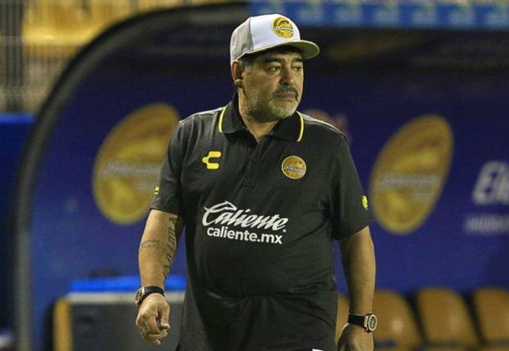 Diego Armando Maradona ofreció firmar 100 balones a cambio de víveres y medicinas para personas damnificadas por las inundaciones en Sinaloa. (Imago7)