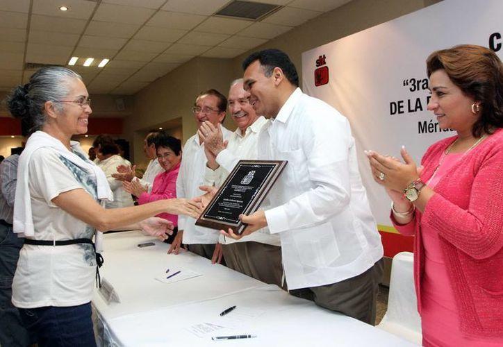 Por sus años de servicio, tres comunicadores recibieron un reconocimiento de manos del Gobernador. (Milenio Novedades)