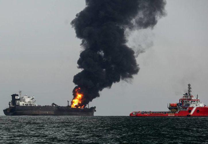 El pasado sábado se reportó el incendio del buquetanque Burgos de Petróleos Mexicanos (Pemex), en Veracruz. (Foto:AP/Félix Márquez)
