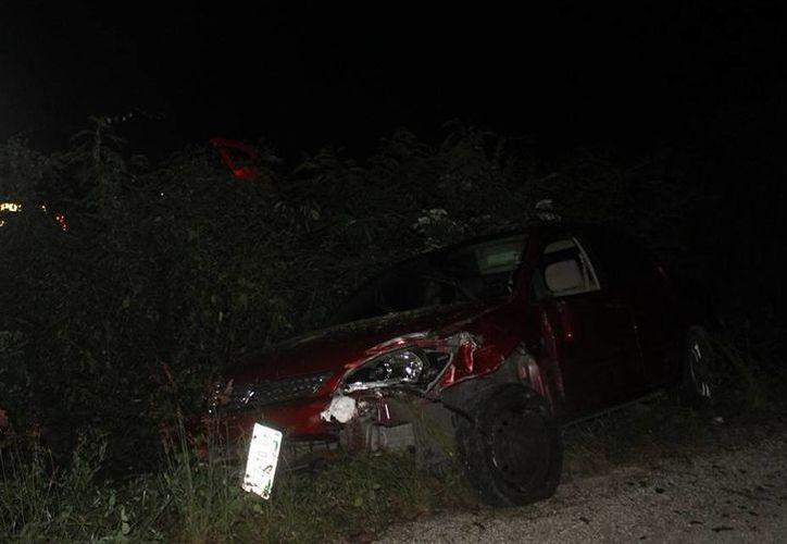 Así quedó el Mitsubishi Lancer que se salió de la vía Cansahcab-Motul este domingo. La guiadora, por fortuna, no resultó con lesiones. (Milenio Novedades)