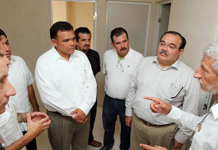 El gobernador Rolando Zapata en uno de sus actos de ayer. Lo acompaña el titular de la Sedatu, Jorge Carlos Ramírez Marín, entre otras personas. (Cortesía)