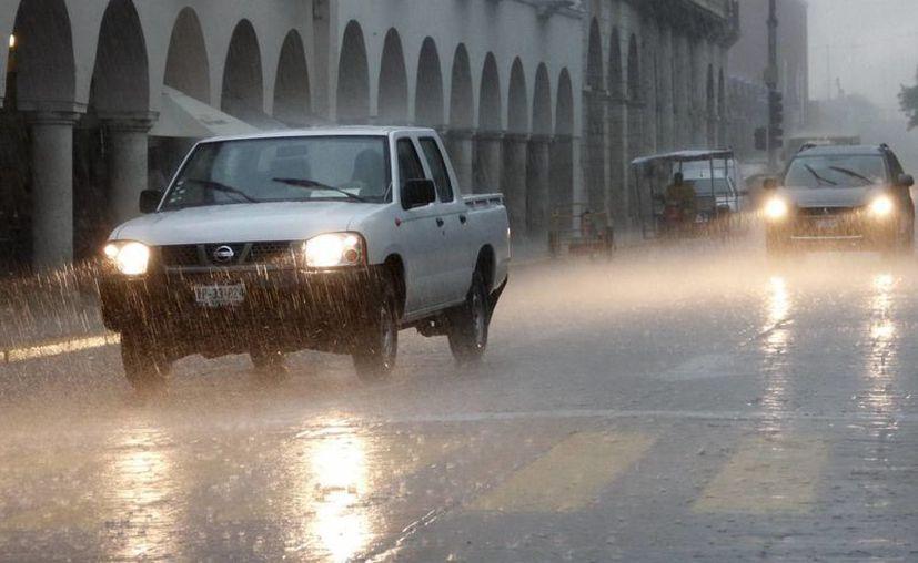 Para la tarde de este lunes se esperan intensas lluvias, por lo que hay que tomar precauciones. (Juan Albornoz/SIPSE)