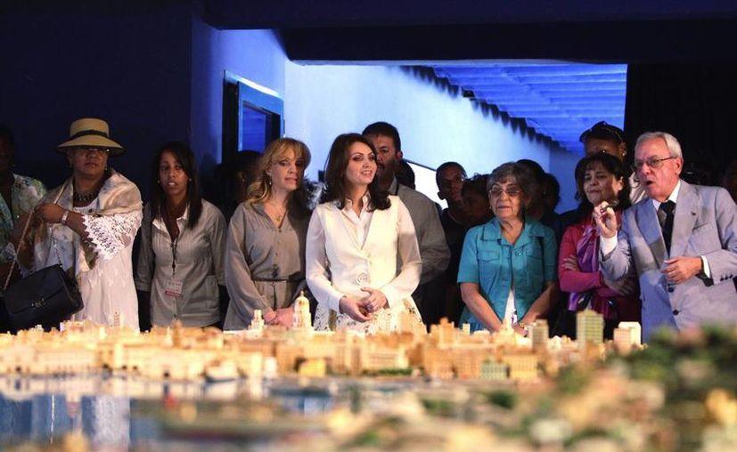 La primera dama de México, Angélica Rivera (c); su hermana, Maritza (3i); la primera dama de San Vicente, Eloise Gonsalves (i); la esposa del canciller de Costa Rica, Olga Echeverría (2d), y la esposa del secretario general de la OEA, Georgina Núñez (3d), recorren el centro histórico de La Habana. (EFE)