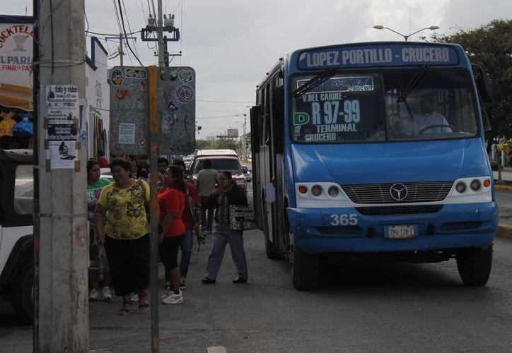 Las empresas de transporte atienden 94 rutas autorizadas de las cuales 86 son operadas y son cubiertas en promedio por 950 unidades en temporada alta; el plan de renovación  de movilidad contempla 56 rutas con 770 vehículos. (Jesús Tijerina/SIPSE)