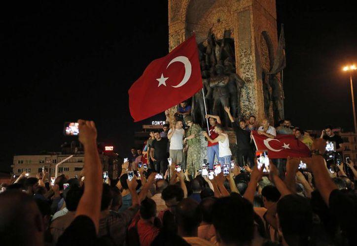 Miles de turcos salieron a las calles para apoyar al gobierno de Erdogan. El mandatario les pidió confrontar a los militares rebeldes y frenar el intento golpista. (AP)